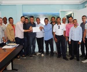 Antonio da Emater, acompanhado de vereadores, esportistas, secretários da Administração de Pinheiros e funcionários, assinou a ordem de serviço para reforma do campo de futebol de Sobrado.