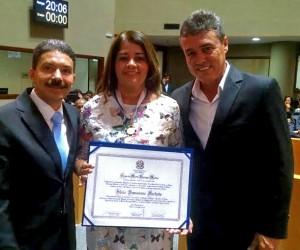 O deputado Freitas recomendou a Comenda Domingos Martins à Silvia pelos relevantes trabalhos desenvolvidos em Pinheiros, junto com o prefeito Antonio da Emater.
